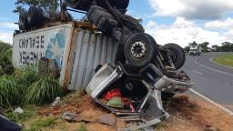 Carreta tomba e motorista fica ferido em Jaguariúna