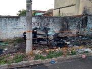 Motorista atropela pedestre, foge na contramão e mata motociclista