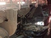 Carro bate em caminhão com melancia e deixa 2 crianças, adolescente e mulher feridos