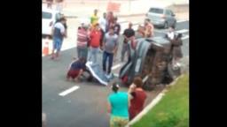 Motorista bate em poste e capota carro na Ruy Rodriguez
