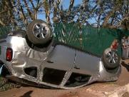 Pai e filho ficam feridos após carro capotar em avenida de Ribeirão Preto