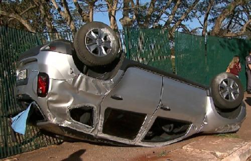Carro capotou após batida em Ribeirão Preto - Foto: Reprodução EPTV