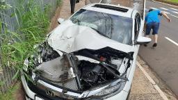 Carro fica destruído após colidir contra ônibus na Getúlio Vargas