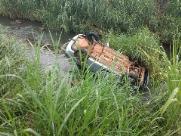 Carro cai em córrego e homem morre na Via Expressa