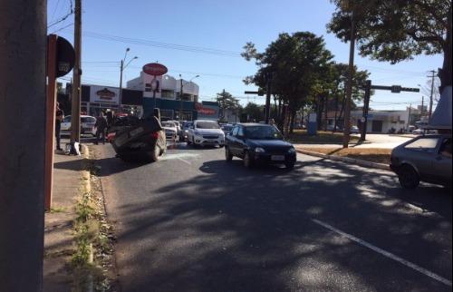 Da reportagem - Carro capota e congestiona trânsito na Expressa