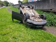 Em fuga da Polícia, dupla capota carro roubado em Araraquara