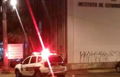 Carro da perícia da Polícia Civil em frente ao IEL na noite desta quarta-feira (15). (Foto: Redes sociais) - Foto: Redes sociais