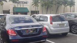 Carro de prefeito é flagrado em shopping e viraliza na internet