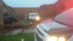 Carro arrebenta muro e portão de residência no Valle Verde