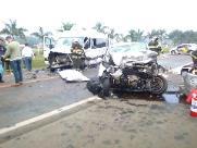 Colisão entre van e carro deixa um morto e seis feridos