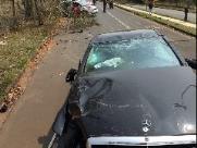 Homem capota carro de luxo e passageiras ficam feridas
