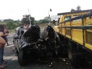 Carro fica destruído após bater em caminhão em Nova Odessa