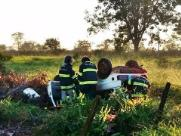 Mulher e duas crianças ficam feridas após carro capotar em estrada de terra