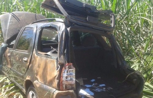 Carro ficou destruído após capotamento (Colaboração/Beto Garcia/TVM) - Foto: Colaboração/Beto Garcia/TVM