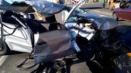 Mulher morre após carro bater em caminhão na Santos Dumont