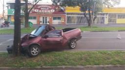 Homem fica ferido após colidir carro com árvore em Campinas