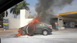 Carro pega fogo na rotatória Amin Calil, em Ribeirão Preto