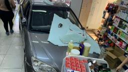 Carro invade farmácia na Avenida Vaz Filho em Araraquara