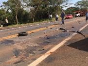 Carro pega fogo e colide em caminhão na SP-255