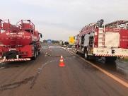 Trânsito fica congestionado após carro pegar fogo na SP-255