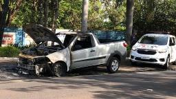Pick-up pega fogo na Avenida Manoel de Abreu