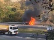 Carro pega fogo na Rodovia D. Pedro em Valinhos