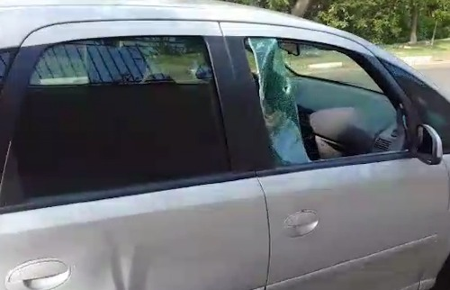 Carro teve vidro quebrado em furto próximo ao Galleria Office. (Foto: Reprodução) - Foto: Reprodução