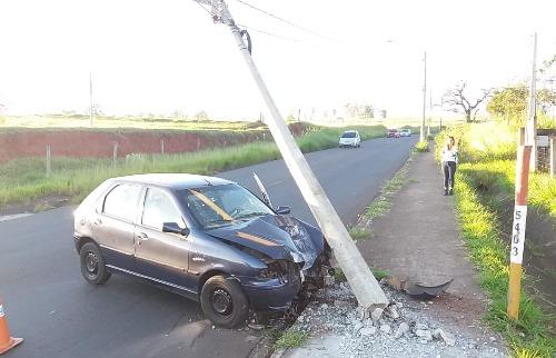 Motorista colidiu contra um poste após dormir ao volante. Foto: ACidade ON São Carlos - Foto: ACidade ON - São Carlos
