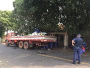 Prefeitura retira três caminhões de entulho de casa abandonada