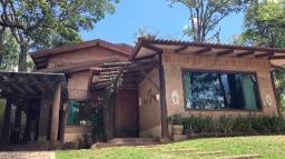 Casa rústica com peças de cerâmica na decoração e acabamento
