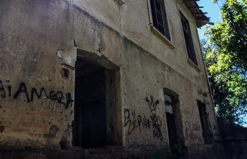Da reportagem - Casarão abandonado no assentamento Bela Vista (Foto: Amanda Rocha)