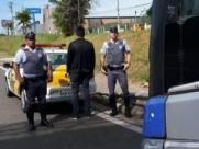 Homem é preso ao passar a mão em mulher dentro de ônibus