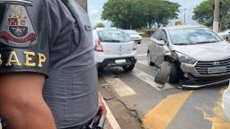 Dupla usa arma falsa para roubar casa e carros em Barão