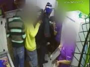 Vídeo:  homens assaltam loja de açaí e rendem funcionária