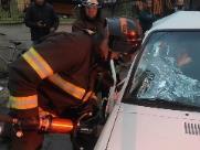 Mulher fica presa em ferragem após batida de veículos