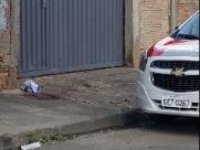 Idosa morre após ser esfaqueada em frente de casa