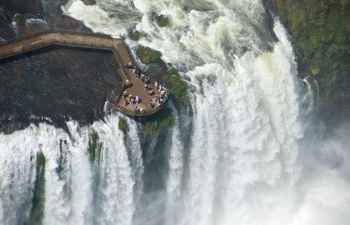 Zig Koch / Divulgação Setur Foz do Iguaçu - Um dos ângulos pelo qual se pode apreciar as cataratas de cima; também pode-se apreciá-las por helicóptero (foto: Zig Koch / Divulgação Setur Foz do Iguaçu)