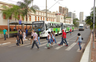 Mariana Martins / ME - Fluxo de pedestre intenso na Jerônimo Gonçalves aumenta risco de acidentes