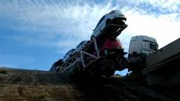 Cegonha com 11 carros fica pendurada na rodovia Anhanguera