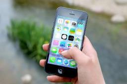 Vítima tem celular roubado na Praça das Bandeiras
