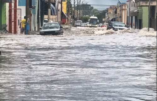 ACidade ON - Araraquara - Centro de Itápolis ficou debaixo d'água na manhã desta quarta-feira (26) (fotos Valtemir Tambarussi FM 107)