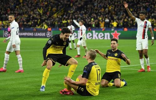 Comemoração zen de Erling Haaland depois de marcar um gol contra o PSG. (UEFA/Getty Images) - Foto: Agências