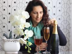 Chás não precisam ser só remedinho para a gripe. Valéria Bueno gosta da mistura com pró-seco. - Foto: Francine Micheli