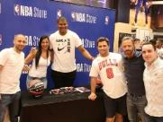 Fãs fazem fila em loja para tirar fotos com atleta do Chicago Bulls