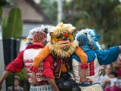 Em Chulos, os palhaços agregam dinamismo e uma rica estética de máscaras, que lembram dragões - Foto: Divulgação