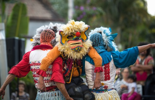 Divulgação - Em Chulos, os palhaços agregam dinamismo e uma rica estética de máscaras, que lembram dragões