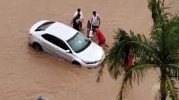 Chuva forte alaga avenida e deixa carro ilhado em Franca