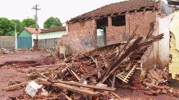 Cem famílias ficam desabrigadas após chuva forte em Serra Azul