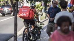 """Entregadores pedalam 10h por dia por """"salário"""" de R$ 1,5 mil"""