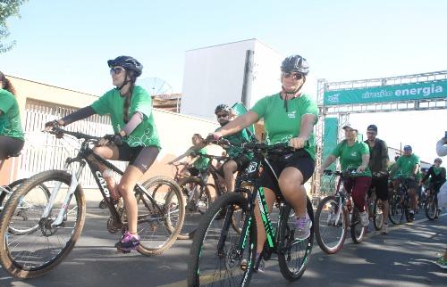 Tom Oliveira/ACidadeOn - Ciclistas aproveitaram manhã quente de sol para pedalar por Américo (Tom Oliveira/ACidadeOn)